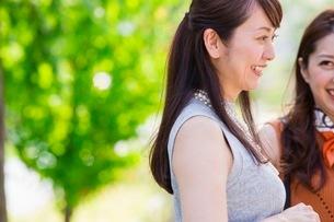 公園に立つ女性の写真素材 [FYI03054090]