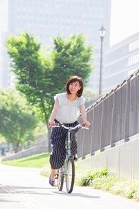 自転車に乗る女性の写真素材 [FYI03054091]
