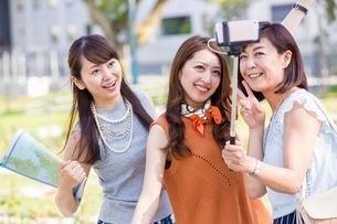 自撮り棒で写真を撮る女性の写真素材 [FYI03054095]