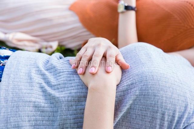 芝生に寝転ぶ女性の写真素材 [FYI03054100]