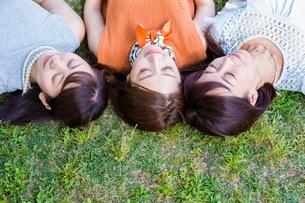 芝生に寝転ぶ女性の写真素材 [FYI03054107]