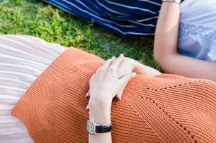 芝生に寝転ぶ女性の写真素材 [FYI03054108]
