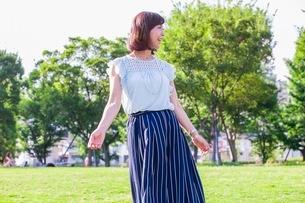 公園に立つ女性の写真素材 [FYI03054121]