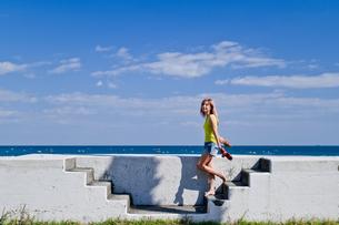 青空と海と女性の写真素材 [FYI03054310]