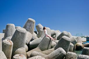 青空と海と女性の写真素材 [FYI03054329]