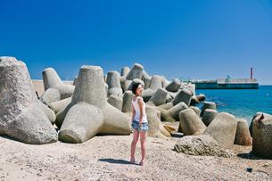 青空と海と女性の写真素材 [FYI03054341]