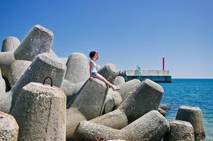青空と海と女性の写真素材 [FYI03054348]