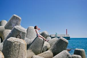 青空と海と女性の写真素材 [FYI03054350]
