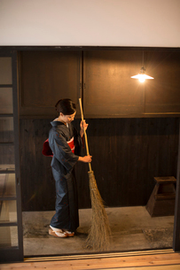 玄関掃除をする着物姿の女性の写真素材 [FYI03054412]