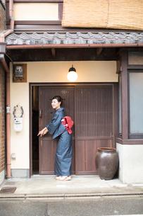 戸を開ける着物姿の女性の写真素材 [FYI03054415]
