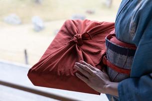 小包を持つ着物姿の女性の写真素材 [FYI03054429]