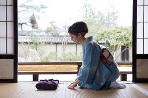 畳に座る着物姿の女性の写真素材 [FYI03054432]