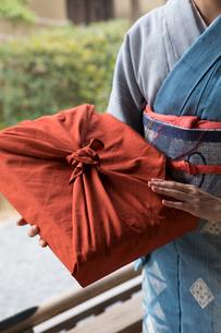 小包を持つ着物姿の女性の写真素材 [FYI03054438]