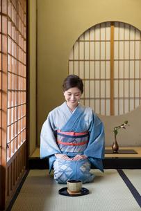 畳に正座をする着物姿の女性の写真素材 [FYI03054449]