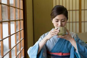 お茶を飲む着物姿の女性の写真素材 [FYI03054450]