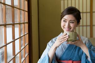 お茶を飲む着物姿の女性の写真素材 [FYI03054451]
