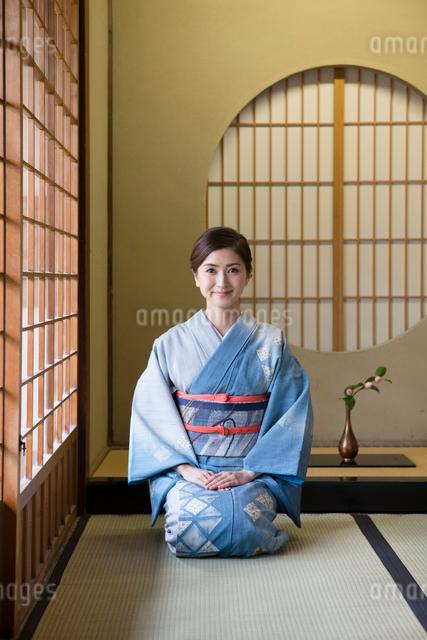 畳に正座をする着物姿の女性の写真素材 [FYI03054453]