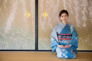 襖絵の前に正座する着物姿の女性の写真素材 [FYI03054473]