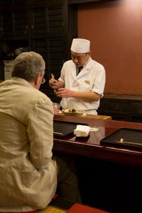調理の様子を見る外国人の写真素材 [FYI03054518]