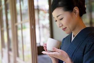 お茶を持つ着物姿の女性の写真素材 [FYI03054542]