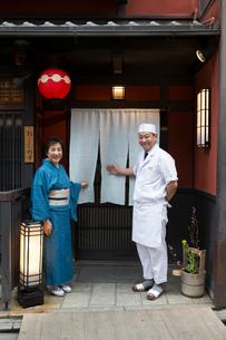 笑顔で客を迎える板前と女将の写真素材 [FYI03054606]