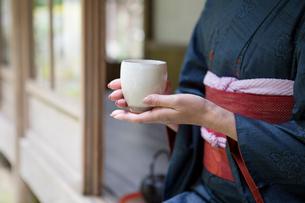お茶を持つ着物姿の女性の写真素材 [FYI03054617]