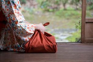 小包と着物姿の女性の写真素材 [FYI03054634]