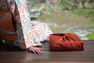小包と着物姿の女性の写真素材 [FYI03054640]