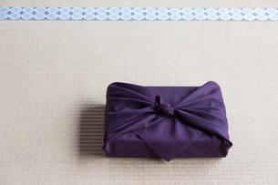 畳の上の小包の写真素材 [FYI03054658]