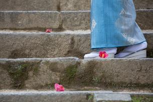 石階段を歩く着物姿の女性の足元の写真素材 [FYI03054682]