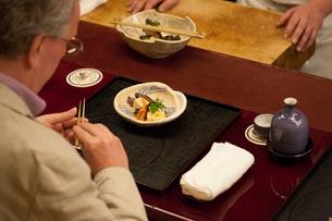 和食を食べる外国人の写真素材 [FYI03054716]