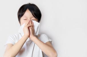 鼻をかむ子供の写真素材 [FYI03054800]