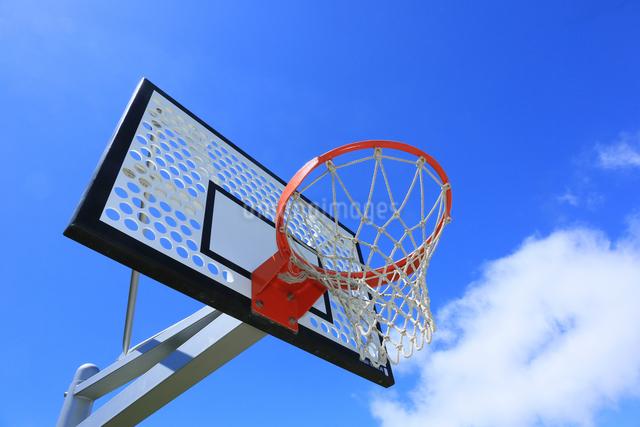 青空とバスケットゴールの写真素材 [FYI03055018]