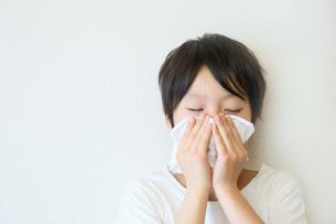 鼻をかむ子供の写真素材 [FYI03055020]