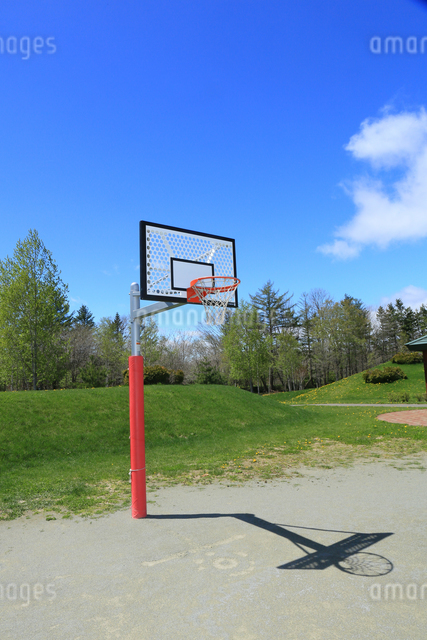 青空とバスケットゴールの写真素材 [FYI03055021]