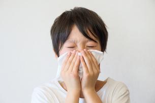 鼻をかむ子供の写真素材 [FYI03055023]