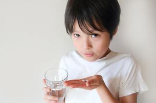 薬を飲む子供の写真素材 [FYI03055028]