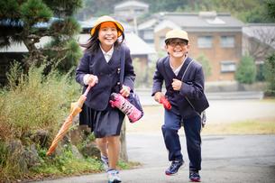 走っている制服姿の子供の写真素材 [FYI03055161]