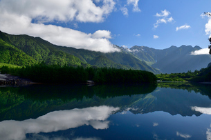 大正池に映る日本アルプスの写真素材 [FYI03055181]