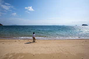 海と少年の写真素材 [FYI03055300]