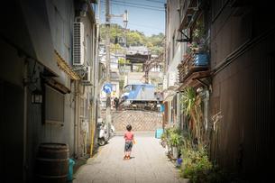 路地裏の少年の写真素材 [FYI03055328]