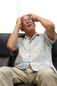 頭痛で苦しむシニアの写真素材 [FYI03055334]