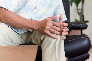 膝がおさえるシニアの写真素材 [FYI03055338]