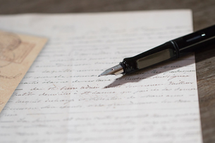 手紙と万年筆の写真素材 [FYI03055432]
