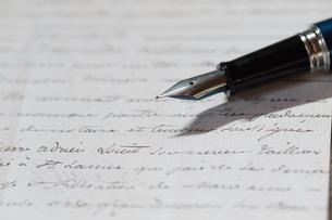 手紙と万年筆の写真素材 [FYI03055433]