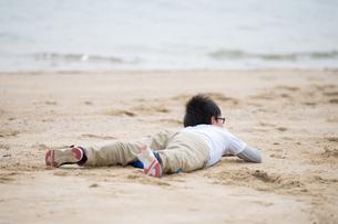 砂浜で男の子の写真素材 [FYI03055595]