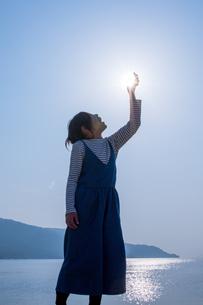 太陽と女の子の写真素材 [FYI03055670]