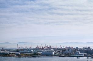 海とクレーンの島の写真素材 [FYI03055744]