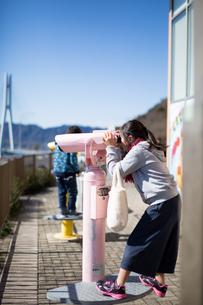 望遠鏡と子供の写真素材 [FYI03055823]
