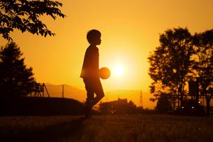 夕日とサッカー少年の写真素材 [FYI03056114]
